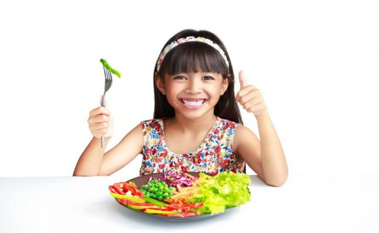 Child eating veggies_tcm1206-97163